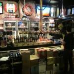 het bier wordt hier gestald onder de bar, iedereen zit hier toch buiten